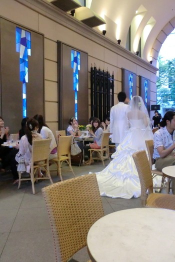 お店の名前はフランス語で記念日を意味しており、式場もあるので花嫁さんが通ることも。