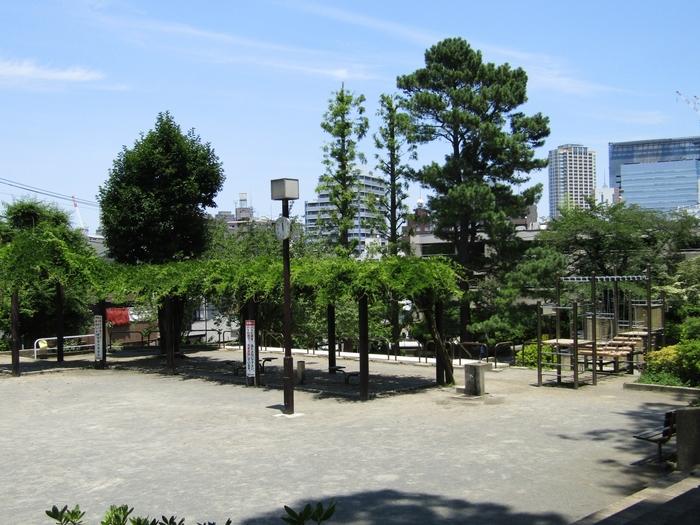 それほど大きな公園ではありませんが、公園は上の広場と下の広場に分かれており、それをつなぐ大きなすべり台や、子供が喜びそうな遊具もたくさんあります。さらに木陰も多いので外気が心地よい日に、公園でのんびりするのも良さそう。