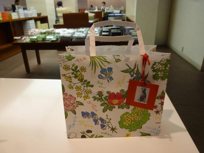 六花亭といえば、北海道の花を描いたこの紙袋が印象的ですよね。この柄を描いたのは北海道の画家・坂本直行という方で、坂本龍馬の子孫なのだそうです。