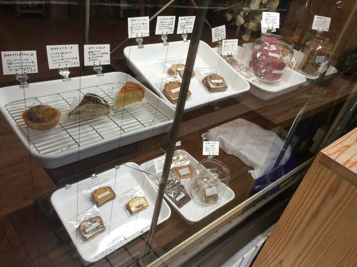 ショーケースでは赤色が鮮やかな「木苺のほろほろクッキー」が目を引きます。昔ながらのショーケースに、洗練された焼き菓子が並んでいるのも味わい深くていいですね。