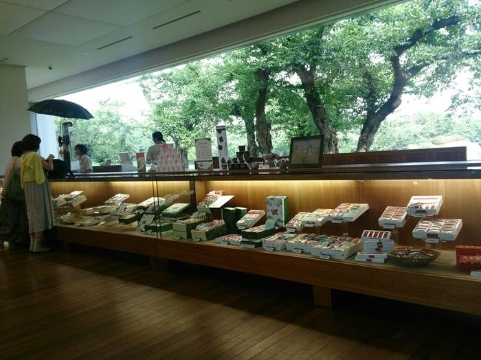 直営の函館五稜郭店。 外の景色を絵画のように取り込んだ美しい店内は、そこにいるだけで癒されてしまいます。窓の外は五稜郭の桜。