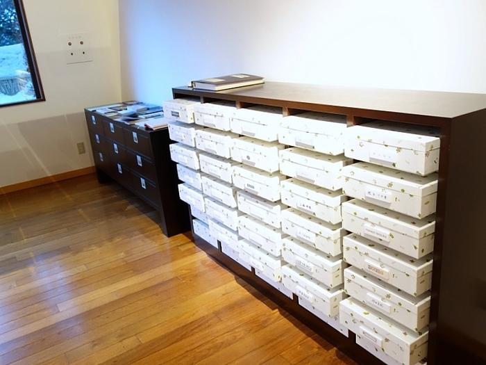 六花文庫の中にある「六花ファイル」 心地良い空間の中、棚に芸術家の卵たちの作品が納まっていて、自由に箱を開けて閲覧することができます。