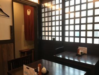 その後、昭和35年(1960年)に、目黒不動尊近くでうなぎ専門店として開店し、今では目黒の美味しい鰻屋さんとして多くの客で賑わっています。趣のある店内にはテーブル席の他に座敷もあり、ゆったりくつろげそう。