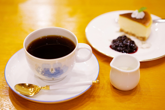 おしゃれなカップと美味しいコーヒーで、物語の世界を楽しんでみてはいかがでしょうか。