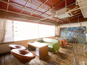 様々なソファで、くつろぎ空間が演出されたカフェ。ゆったりソファでのんびり過ごしたい時に◎