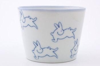 判子で押したウサギ模様がかわいい蕎麦猪口。判子は手作業で押しているので、一つひとつ藍の濃淡や線の太さが違う表情を楽しめます。