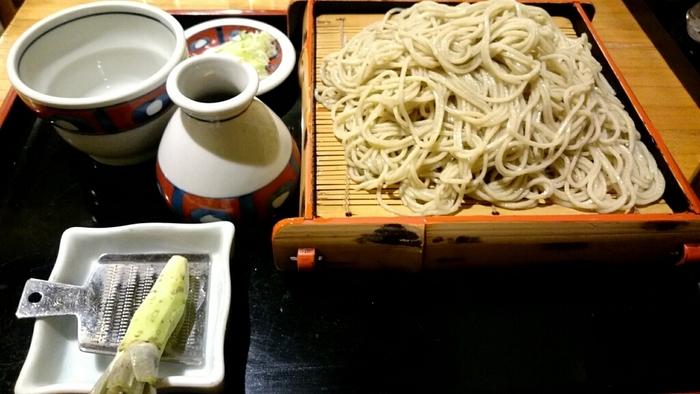 長野県飯島町の契約農家から「玄そば」を直送し、自家製粉しているそば。喉越しや風味はもちろんのこと、添えられているわさびにもこだわりがあり、こちらは中伊豆直送本わさびを使用しているそう。