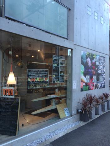 東急目黒線の不動前駅周辺にも美味しいお店はたくさんあります。こちらは不動前駅より徒歩5分、目黒不動尊に向かう途中にあるモダンな外観の「ハナファームキッチン MEGURO」。