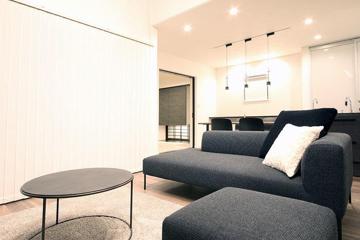 上記と同じお宅で、こちらはアルゴリズムオリジナル家具のソファー「ROSA」です。ソファーの華奢な脚がセンターテーブルとマッチしていて、スタイリッシュな空間です。