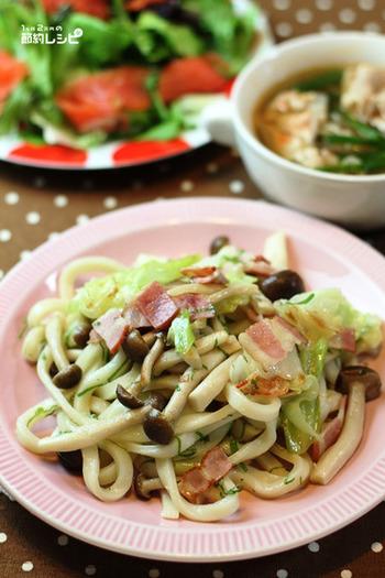 ごはんを炊くのが面倒な時、白だしでまとめた具だくさん焼きうどんはいかが?お肉も野菜もバランスよくとれて簡単な上に洗い物が少ないのもうれしい。