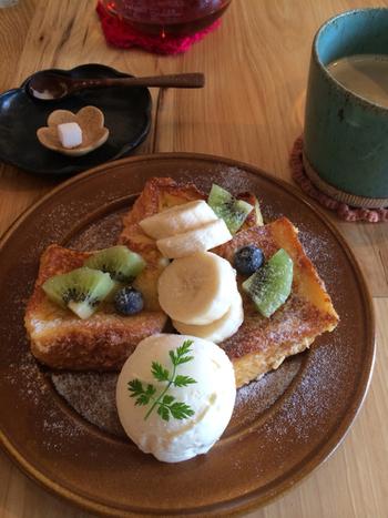 人気メニューは、フルーツたっぷりのふわふわフレンチトーストと、スペシャルティコーヒー。休日のブランチや、ランチ代わりにも良さそう。