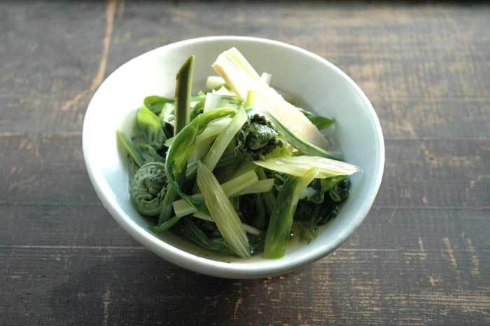 旬の山菜をおひたしでいただく、香りも食感も楽しめるシンプルな調理法でいただきます。山菜の場合はやはり下ごしらえが肝心。それぞれの素材の下処理の仕方も参考になりますよ。