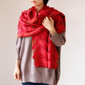 「播州織物の反物を解き、初めて触る感動をそのまま伝えたい」というのがhatsutokiのコンセプト。播州織物の中でも特に細い糸を使用した、心地良い手触りが魅力です。温かく、肌に優しく馴染んでくれるストールで、お世話になった方に感謝の気持ちを伝えましょう!