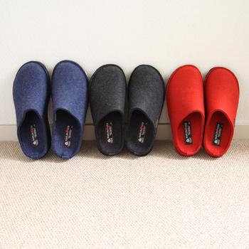 靴のようなしっかりとした成形で、甲の高い方でも楽々履くことができます。クッション性のあるソールは立ち仕事でも疲れにくく、家事をする女性にも最適です。元気のでそうな赤色の他に、黒や紺をペアで使われても素敵ですね。