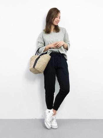 無地×無地でシンプルなので、トップスをちょっとだけINしてニュアンスをプラス。かごバッグで春の気分も。