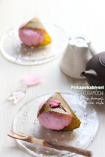 桜の香りがほのかに香る、さくら餅。桜の葉の部分は、お餅と一緒に、食べるか、食べまいか。この辺りは好みが分かれますね。濃いお茶と共にひと休み。