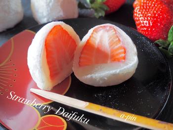 春の和菓子といえば、やっぱりいちご大福。ふっくらお餅にあんこたっぷり。艶々したイチゴも美味しそうです。指先が粉だらけになっちゃうけど、手掴みでぱくりといきたい♡