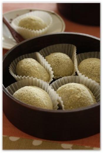 うぐいす餅も春の定番和菓子ですね。柔らかそうなお餅。美味しそう!きな粉の鮮やかな若草色に、春を感じます。