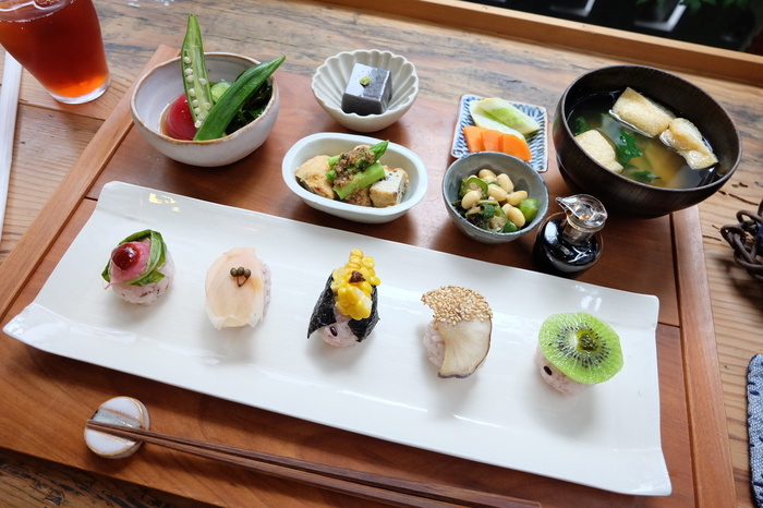 ランチは膳で提供され、その時期ならではの旬の食材を堪能することができます。味付けや盛り付けも丁寧で、きっと満足できるはず。