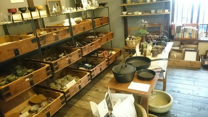 思わずお買い物に夢中になってしまいそうなキッチン道具や器類が並ぶ雑貨店も併設されています。