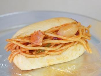もちっとした自然酵母のコッペパンにたっぷりのナポリタンが食欲をそそります!