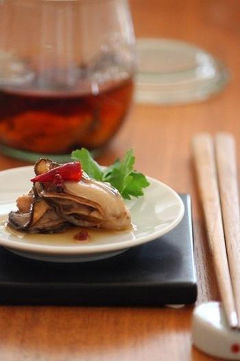 牡蠣をごま油に漬け込んだ、中華風のおつまみレシピ。日本酒やビールとの相性が抜群です。フライパンで火を入れる際は、水分がなくなって牡蠣がぷっくりと膨らんだ頃が取り出しの目安になりますよ。