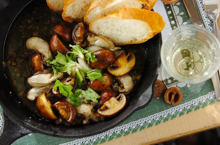 ガーリックが効いた、牡蠣のアヒージョ。オイルに旨みがしっかり出ているので、バケットに浸しながら食べて頂きたい一品です。白ワインのお供にオススメです。