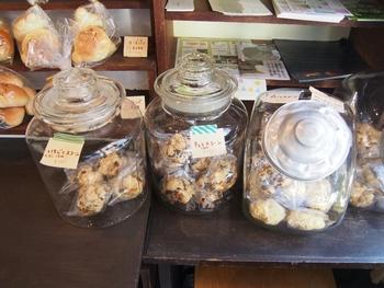 カウンター上には、色々な種類のパンやクッキー、そして飲み物などがきれいに陳列されています。