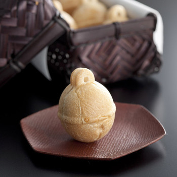 代表的な鈴乃最中は、小さな一口サイズでとっても食べやすくお土産にもぴったり。人気の和パフェにもちょこんと乗っていて、最中が苦手な方でも美味しく頂けます。