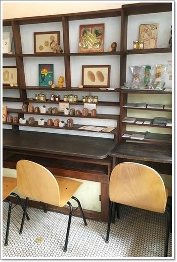 お店の一画には、イートインコーナーもあります。 温もりあふれる木造りのテーブルやイラストもとっても可愛らしく、リラックスできます。