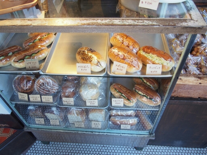 ショーケースにも、トーストや調理パンなど多種多様なパンが所狭しと並んでいます。ショーケースやタイルもレトロで可愛い!