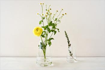 お皿と容器の2つのパーツでできていて、容器の上にお皿を乗せて使うと、球根類や多肉植物などを育てることができ、お皿を外して使うと、お花を生けることができる優れもの。 色々な楽しみ方ができるフラワーベースです。