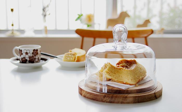 ころんとした取っ手がなんとも愛らしいチーズドーム。台座はオーク材、ドーム部分は手吹きガラスでできています。 チーズドームという名前だけれど、チーズだけでなく焼き菓子やケーキなど入れて楽しめますよ。