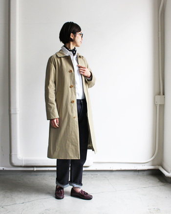 首元のスカーフでちょっぴり知的さをプラス。小物使いで個性を添えた、ワザあり定番スタイルです。