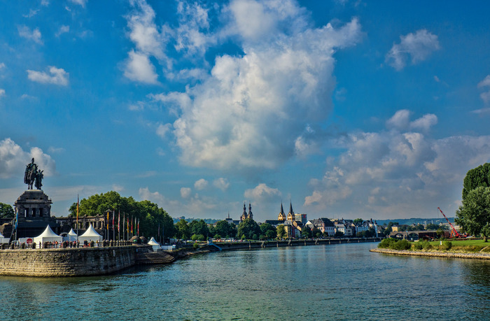 モーゼル川とライン川の合流地点に位置するコブレンツは、ライン川下りの終着地として人気を集めているほか、古くからの水上交通の要所として重要な役割を果たしています。