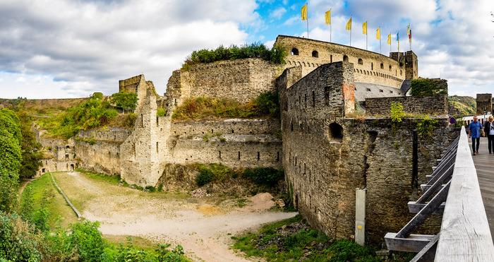 街の頂にそびえ立つラインフェルス城は、1245年にカッツェネルンボーゲン伯ディーター5世の命によって築かれた城塞で、圧倒的な存在感を放っています。