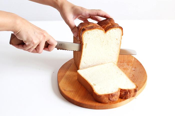 先端と真ん中で刃の形状が違うので、柔らかいパンやケーキだけでなく、硬めのフランスパンなどもキレイにカットできます。ブレードの部分には、北欧デザインのような木のモチーフのワンポイントも。お客さんが来たときに、思わず自慢したくなっちゃいそう♪