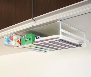 調理中に使うことの多い物は、できるだけ調理台の周辺に置く工夫をしましょう。頭上にある吊り戸棚も、実は収納スペースを作るのにオススメの場所。こんな風に、戸棚に差し込むだけで設置できる棚があります♪