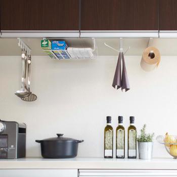調理道具や調味料など、キッチンにはどうしても細かい物が増えていってしまうもの。すぐ手に取れる場所に置いておこうとすると、余計にごちゃごちゃしてしまいますよね。そんな時は、ちょっとしたスペースを収納場所に変えて、キッチンをすっきりさせましょう。小さなコツがあればきれいに片付く、キッチン収納術をご紹介します!