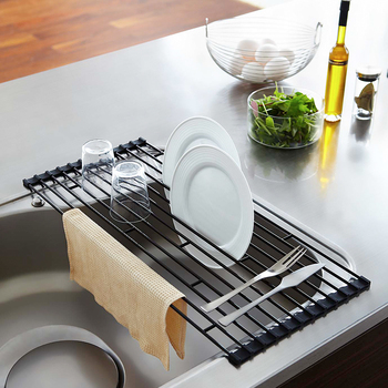 食器の収納をどう工夫するかという点も、キッチンをすっきりまとめるための大切な課題です。まずは食器カゴのスペースを見直してみましょう。こちらはシンクに設置できる折り畳み式の水切りラック。食器カゴを置くスペースが不要になるため、その分キッチンカウンターが広々します。
