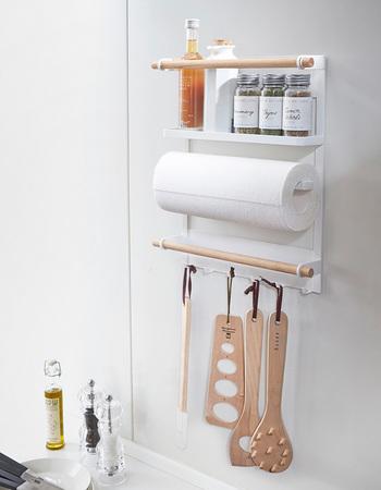 キッチンパネルがホーロー製の場合や、冷蔵庫のサイドスペースを活用したい場合には、マグネットタイプのラックがオススメ。強力なマグネットでぺたっと貼り付けるだけで、こんなにいろいろな物を収納できるスペースが生まれます☆