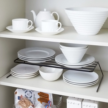 続いては、食器棚のスペースを増やすアイディアです。真ん中の段に設置されているのは、一つの棚を上下の空間に分けられるディッシュストレージ。食器棚の収納量を簡単に増やすことができるので、家族が増えた時などに大変オススメです☆