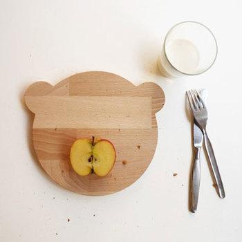 パンを切るときに必要なのが、まな板ですね。ワンランク上のパンライフを楽しみたいなら、ブレッドボードを活用しませんか?こちらは、ドイツsnug.studioの木製ブレッドボードは、思わず笑顔になってしまうクマさんの形♪パンを切ったら、そのままプレートとしても利用できます。
