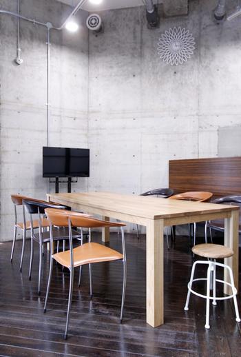 オフィスインテリアコーディネートも手がけています。オリジナル家具のテーブル「PETER」はどっしりと安定感がありますが、明るいカラーなので重厚感を感じず、どんな椅子とも馴染みます。