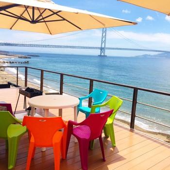 テラス席の雰囲気はまるでビーチリゾートに来たよう。明石海峡大橋や淡路島も見えます。
