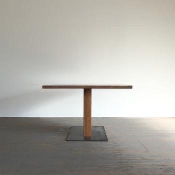存在感のある一本足のダイニングテーブル「EDWARD」。シャープな雰囲気で、かっこいいですよね。お部屋を一気にスタイリッシュに変えてくれますね。