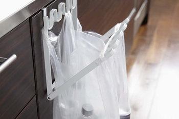 こちらはシンクの扉に設置できる「レジ袋ハンガー」。折り畳み式なので、使わない時はコンパクトにまとまります。調理中に出る生ゴミも簡単に捨てられますよ♪