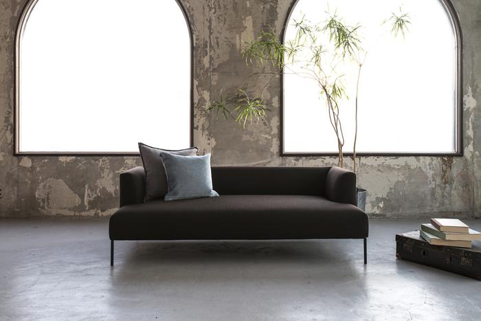 先ほどもご紹介したソファー「ROSA」の、こちらは小さめサイズ「LITTLE ROSA」です。たっぷり厚みのあるソファーの座面に対して、この脚の細さがとてもスタイリッシュ。マンションや一人暮らしでも使いやすいサイズですよね。