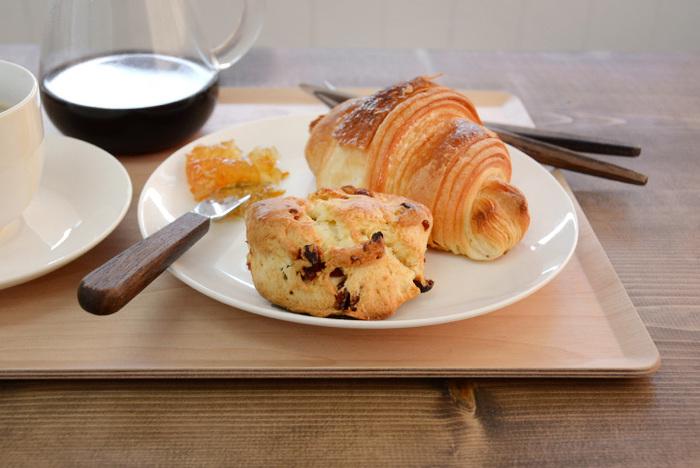 パンやコーヒーをプレートに乗せれば、ワンランク上のオシャレな食卓に。朝食やランチだけでなく、ディナーにも使えますね♪ナチュラル&シンプルなデザインは、キナリノ女子におすすめの逸品◎