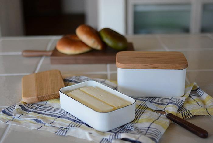 パンに塗ったり、お料理に使ったりするバターを、もっと大切に扱ってみませんか?毎日の生活が、より丁寧に素敵に生まれ変わります。野田琺瑯のバターケースは、200gのバターがおさまる丁度いいサイズ。フタに使われている桜の木は、それぞれ木目が違います。使い込むほどに、ツヤが出るのだそう。